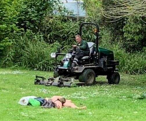 Блаженный загорал на травке, когда как трактор с косилкой был в метре от него. Уровень спокойствия — на фото