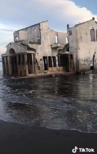 Турист нашёл на пляже в Чили замок, стоящий в воде. Правду о нём не знают даже местные