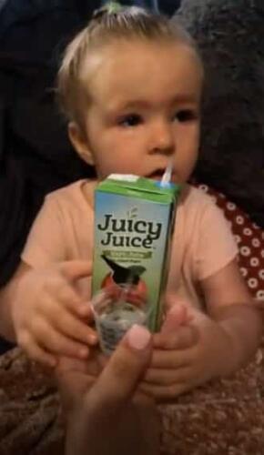 Как заставить ребёнка сразу выпить лекарство. Микстуру нужно привязать к пакетику сока