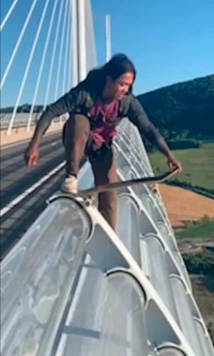 Татуировщик на видео съехал на скейте с самого высокого места в мире