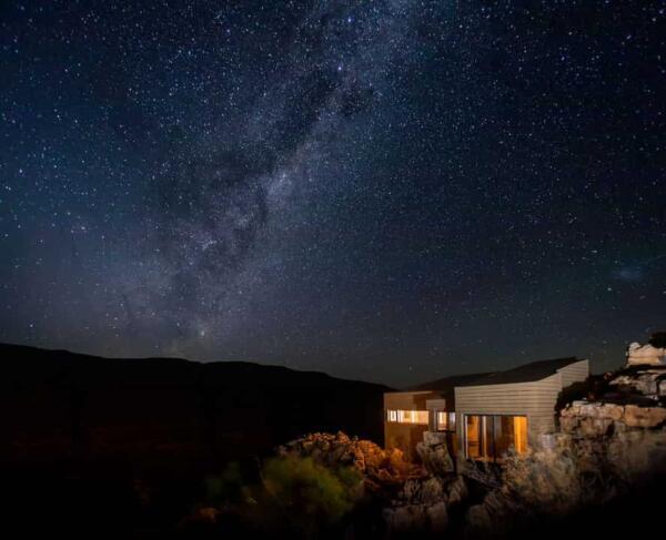 Почему смотреть на звёзды полезно. О чём тренд star bathing - коллективное купание без воды