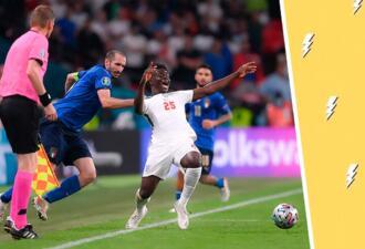 Игрок на Евро-2020 схватил соперника за ворот и стал мемом