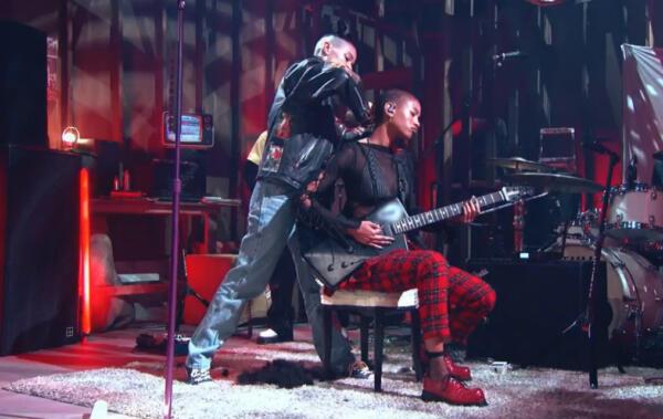 Уиллоу Смит на видео побрила голову прямо во время своего концерта