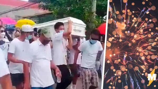 На Филиппинах люди устроили танцы под музыку на улицах города. Это не карнавал, а похороны