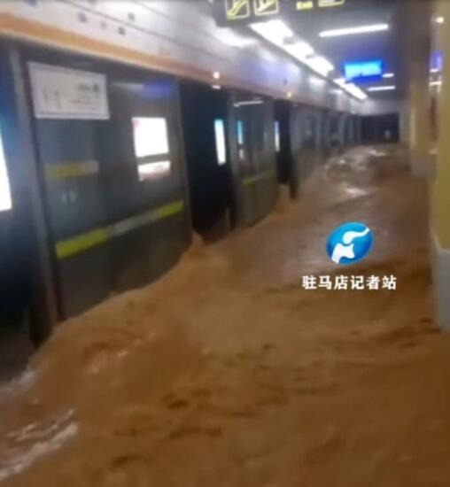 Поезд метро на видео затопило водой в Китае