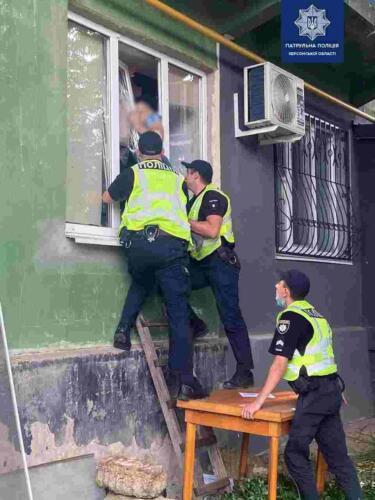 Житель Херсона застрял в окне, пытаясь проникнуть в дом к бывшей сожительнице