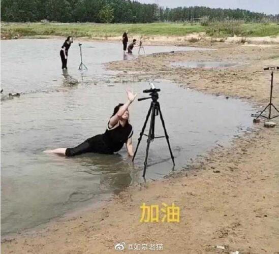 Китайские блогеры снимают видео о наводнении, лёжа в лужах
