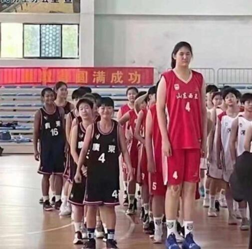 Высокая школьница из Китая стала звездой баскетбола. Видео с матча попали в Сеть