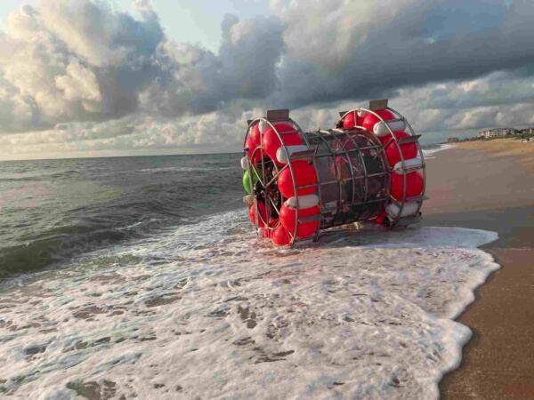 Спортсмен плыл из Майами в Нью-Йорк в огромном беговом колесе для хомяков