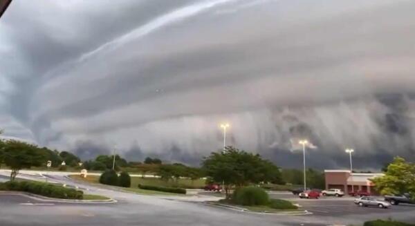 Блогер показал видео с необычными облаками. Они выглядят, как надвигающаяся стена