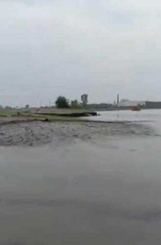Очевидцы показали на видео, как земля поднимается сама по себе из воды в Индии
