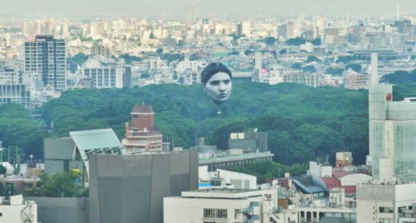 В небе над Токио парила гигантская человеческая голова. Воздушный шар оказался арт-проектом