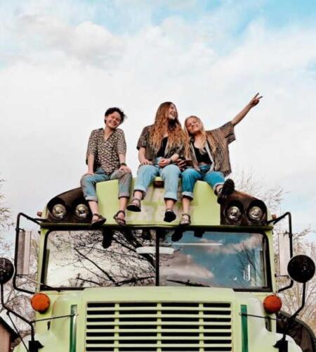 Три девушки узнали, что встречаются с одним парнем, бросили его и путешествуют вместе