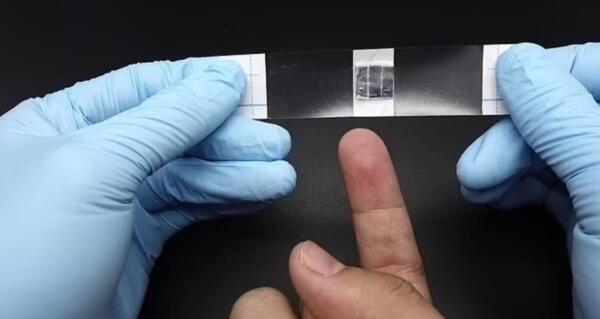 Инженеры научились превращать пот с рук в элетроэнергию. Разряженный гаджет больше не беда