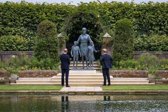 Памятник принцессы Дианы или статуя из «Доктор Кто»? Увидев мемориал леди Ди, люди (почти) не заметили разницы