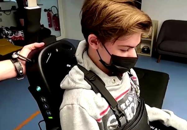 Отец изобрёл для сына с инвалидностью экзоскелет, позволяющий ему ходить