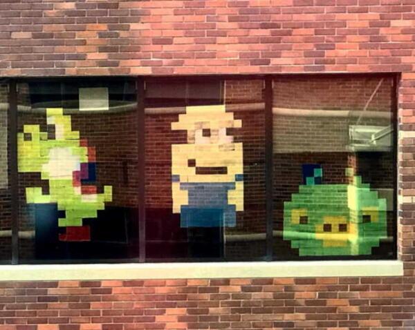 Мальчик подружился с работниками больницы с помощью посланий из стикеров на окне