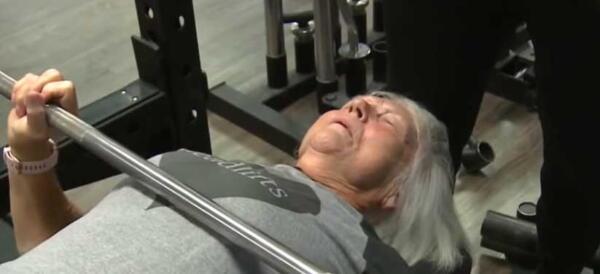 Бабуля в 78 лет рушит мифы о старости. Она тягает железо и соревнуется в пауэрлифтинге