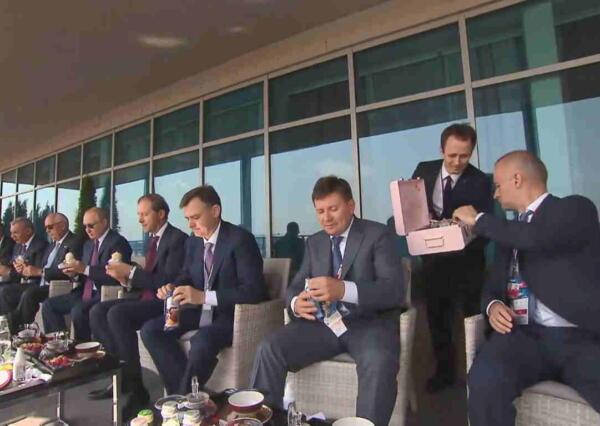 Мы догадались, почему на МАКС-2021 Путину принесли мороженое в розовом кейсе