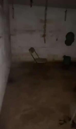 """Риэлтор залез в яму у дома и пожалел. Интерьер подвала был готов к съёмкам новой """"Пилы"""""""