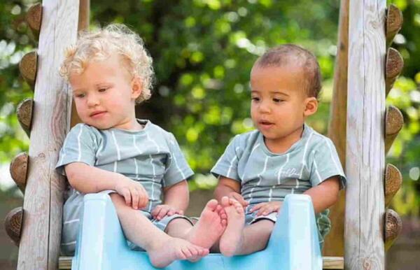 Жительница Англии родила двурасовых близнецов, и это удивляет незнакомцев