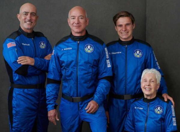 Миллиардер Джефф Безос успешно вылетел в космос и вернулся на Землю