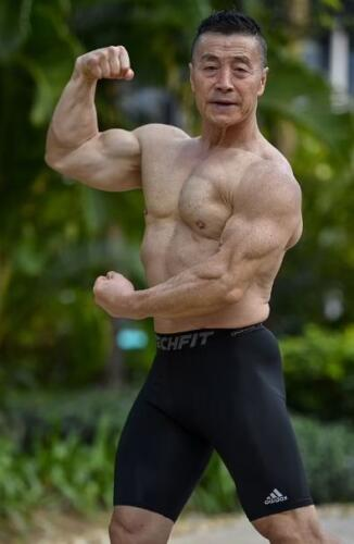 У пенсионера в 72 года тело, как у 30-летних, потому что он приседает с весом 170 кг ежедневно