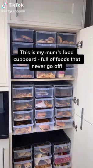 Женщина на видео два года хранила еду из