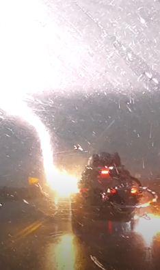 Молния три раза ударила авто с пассажирами внутри. Фобия, уходи из чата — все живы, и тому есть объяснение