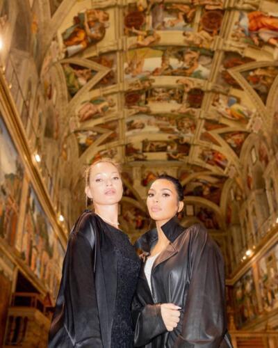 Зря хейтеры хотели распять Ким Кардашьян за наряд в Ватикане. Пост модели заставит их краснеть от стыда