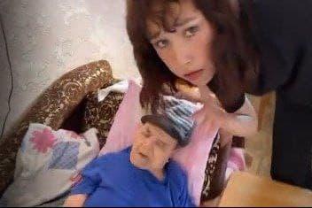 Блогерша станцевала у постели бабули, и от неё ждут извинений. Ведь старушка будто умирала