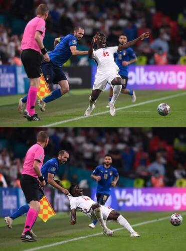 Футболист на Евро-2020 ухватил сопереника за футболку и попал в мемы.