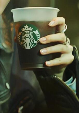 Starbucks извинился за «оскорбляющую мужчин» рекламу с жестом «чуть-чуть»