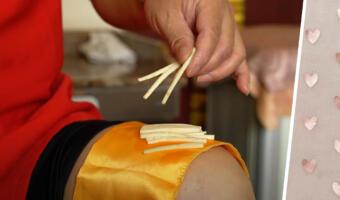Повар готовит на своей коленке для видео. Использовать доску и стол кажется ему скучным