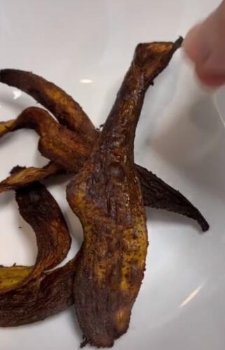 В меню бекон из кожуры банана и конфеты из картофеля. Рискнули бы поужинать у повара, который это все готовит?
