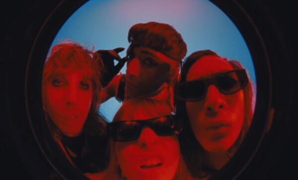 Группа Måneskin выпустила новый клип, и кадры с участниками стали жизненными мемами