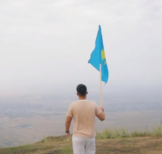 Казахский блогер сжёг флаг ЛГБТ и попиты. Так он показал, что в стране нет места пропаганде