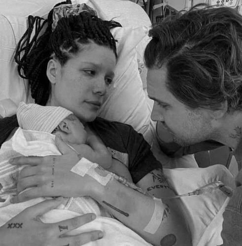 Холзи показала фото, что стала мамой, после успешной борьбы с бесплодием
