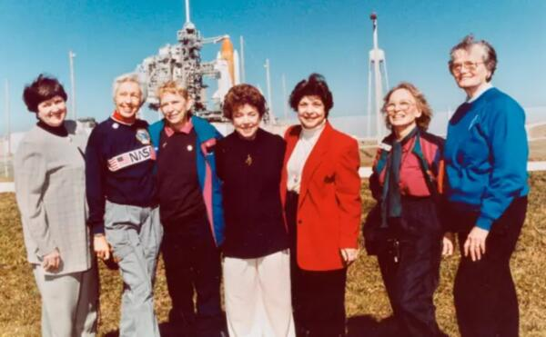 Джефф Безос, у тебя всё нормально? Магнат берёт в космос 82-летнюю бабулю, а та и рада - она ждала 50 лет