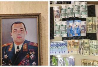 Дома у сотрудника ГИБДД из Ростова нашли его портрет со звёздами Героя СССР и пачки денег