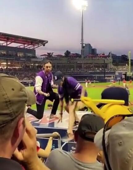 Бойфренд на видео сделал предложение девушке на полном зрителей стадионе, а та убежала при всех