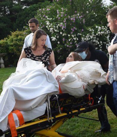 Невеста вывихнула колено на свадьбе, уехала в больницу, а затем вернулась обратно
