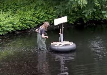 Студент-инженер по 8 часов копается в болоте, чтобы заправить байк. Так он спасает природу