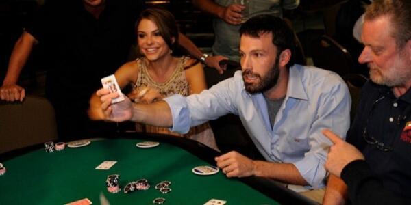 Бен Аффлек иронично высмеял свою страсть к азартным играм, снявшись в видео с мамой Джей Ло