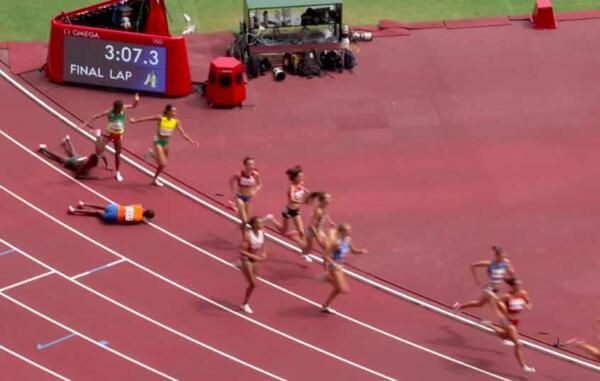 Эфиопская спортсменка упала на видео, но всё равно выиграла забег на Олимпиаде