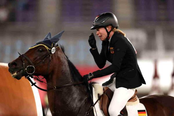 Актриса Кейли Куоко объявила о покупке избитой хлыстом лошади с Олимпиады-2020