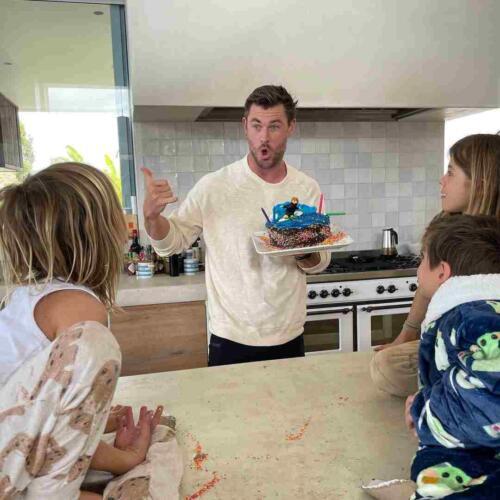 Тренер Криса Хемсворта поздравил актёра с днём рождения подростковым фото звезды
