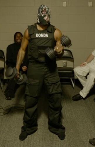 Накануне выхода альбома Donda Канье Уэст провёл стрим, в котором много отжимался