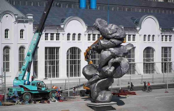 Максим Галкин на видео раскритиковал скульптуру «Большая глина №4», установленную в Москве