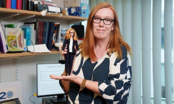 Компания Mattel сделала Барби в честь разработчика британской вакцины от COVID-19